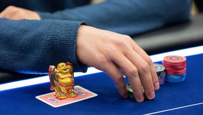 Mucking in poker